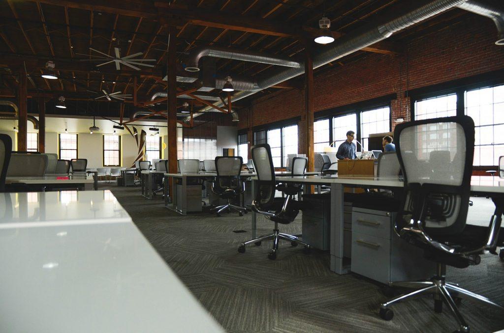 Właściwie umeblowane biuro